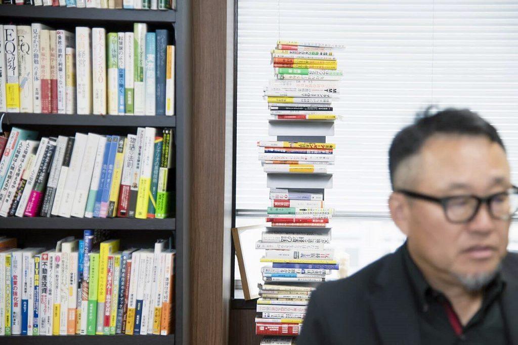 社長室本棚に並ぶ多くの書籍