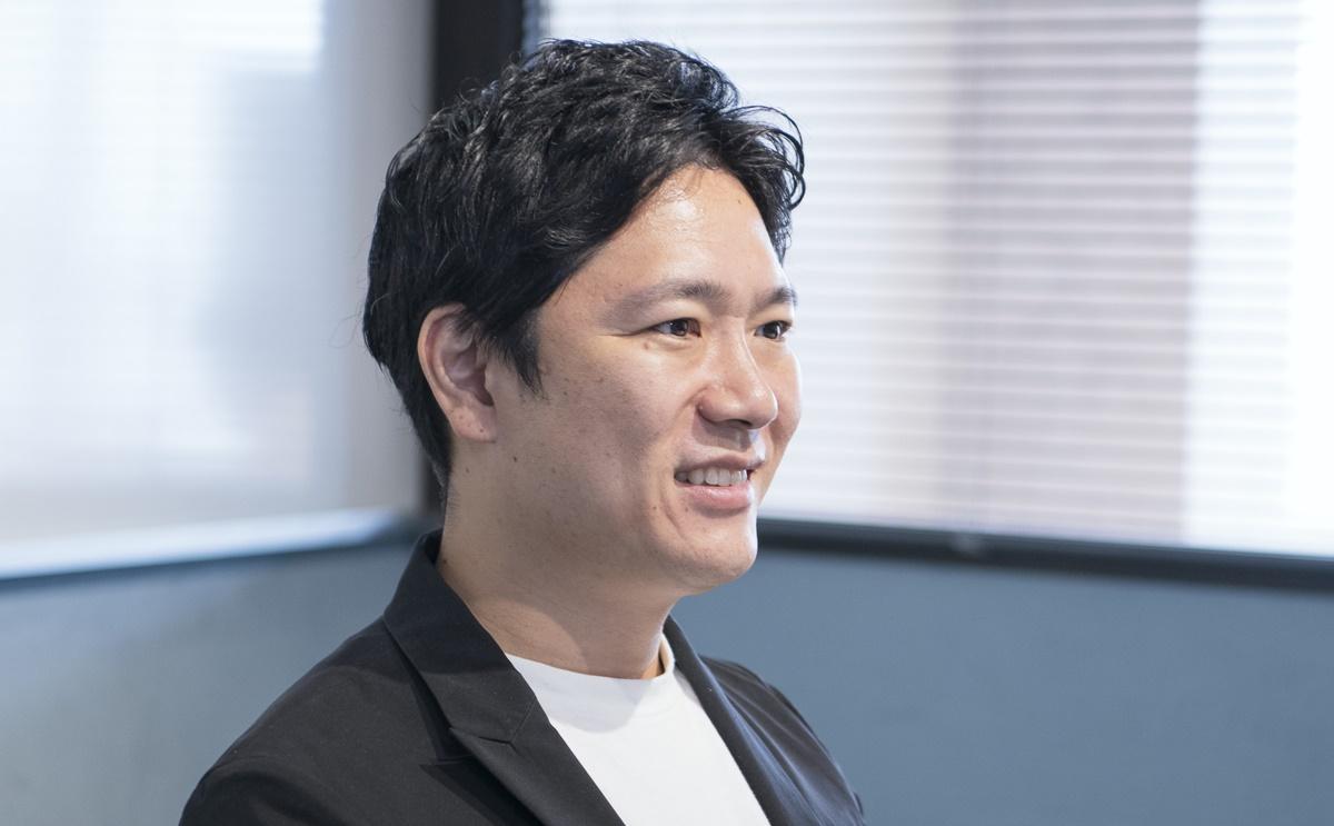苦笑いする窪田氏